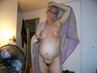 I would surely love to throw a fuck to this sexy mature lady !