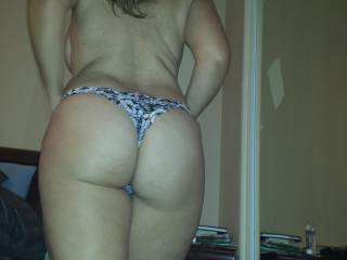 what a lovely wife...i would like to grab that big booty